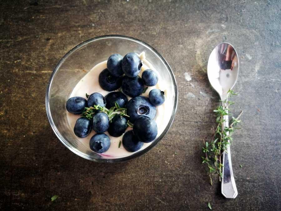 Blaubeer-Käsekuchen im Glas mit Thymian