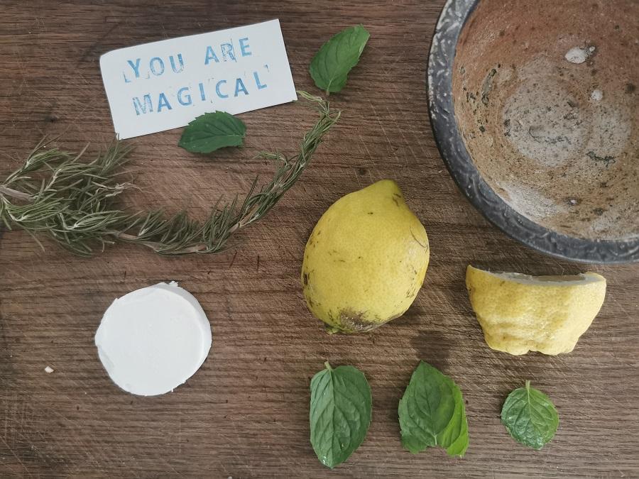 Zutaten für den sommerlichen Friscchkäse mit Minze und Rosmarin
