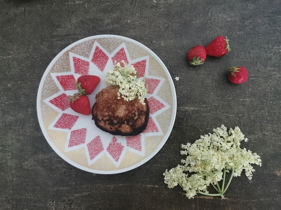 Erdbeeren und Holunderblüten für die Pancakes